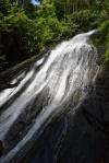 widok w górę z podnóża wodospadu