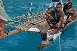 chłopacy przypływają po pomoc z podartym przez wiatr żaglem