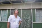 Mariusz przed biurem celnika na Samarai