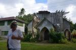 Mariusz przed kościołem na Samarai