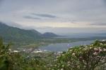 widok na nową część Rabaul i tą zasypaną popiołem wulkanicznym