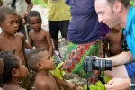 Janek pokazuje dzieciakom ich zdjęcia