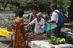 zakupy na targu w Rabaul ZS
