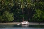 łódź rybacka w Zatoce Lgapwata przy wyspie Rogea