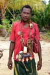 handlarz kula prezentuje naramiennik