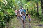droga do wioski Dobu w deszczu