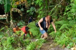 Olka w asyście mieszkańców wioski przebija się przez dżunglę