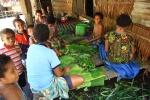 kobiety szykują liście palmowe na nununinga JK
