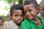 dzieci z tradycyjnymi ozdobami - kolczykami ze skorupy żółwia i naszyjnikiem z muszli bagi