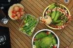 owoce i warzywa ozdobione kwiatami JK