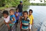 witają nas dzieciaki z wioski Waga Waga