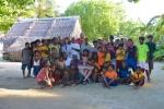 pamiątkowe zdjęcie z mieszkańcami z Wyspy Logan