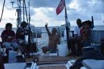 Paweł oprawia ryby w towarzystwie wyspiarzy AP