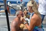 przedstawicielka Neptuna wspiera Pawła w przygotowaniach do chrztu