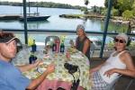 Janek, Agata i Hania na lunchu w klubie w Madang