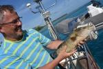 Paweł prezentuje rybę przywiezioną przez Campbella