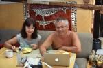Aga z Pawłem przeglądają zdjęcia przy śniadaniu