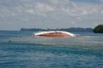 łódź motorowa wyrzucona na jedną z licznych raf