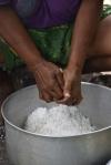 Nellie trze kokosa na mleko kokosowe PK