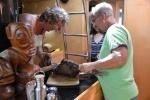 Mariusz z Pawłem oprawiają mięso