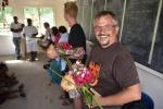 Paweł z kwiatami i kokosem od uczniów