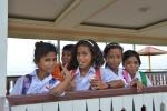 uczennice na nabrzeżu w Amahusu Beach pozują Kubie KM