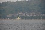 widok z pokładu na wioskę z Wysp Korzennych