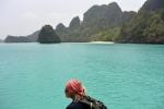 Michał na tle turkusowej wody przy Wayag