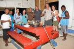 ekipa Katharsis II ze straznikami na wspólnej kolacji na wyspie