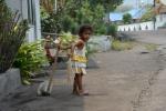rośnie porządna gospodyni domowa - akcja zamiatania na podwórku