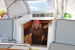 Misiu pomaga nawigować z pod pokładu - jedziemy po śladzie
