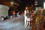 Kaśka z tatą w drodze na kolację w restauracji Sari Gurih