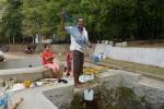 nabieranie wody ze świętej studni