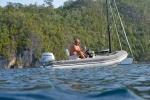 Mariusz asystuje Hanuś podczas nurkowania