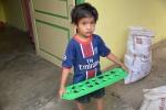 chłopiec z grą - tamarind seed