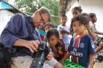 Zbyszek pokazuje dzieciakom ich portrety