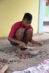 łupanie nasion gałki miszkatołowej