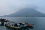 łodzie na tle Gunung Api