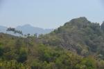 wzmocnienia przed obsuwaniem się ziemi na wzgórzach przypominają piramidy Majów