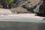 plaża z różowym piaskiem
