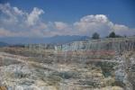 masywne skały nad jeziorami Kelimutu