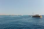 stateczki z turystami czekającymi na manty