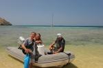 ekipa lądowa gotowa do wspinaczki na Wyspę Gill Lawa Laut