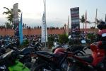 kibice i motocykle przed stadionem podczas meczu piłki nożnej