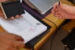 Mariusz stawia pieczątkę na dokumentach odprawy