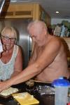 Zenia z Tomkiem szykują słodką przekąskę - chałwę przywiezioną przez Zbyszka