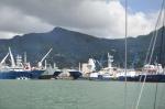 na wejściu do portu witają duże traulery