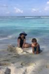 Olka z Antkiem na plaży buduje zamek