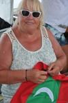 ciocia Zenia przygotowuję banderę Malediwów