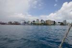 mijamy lewą burtą Male - stolicę Malediwów